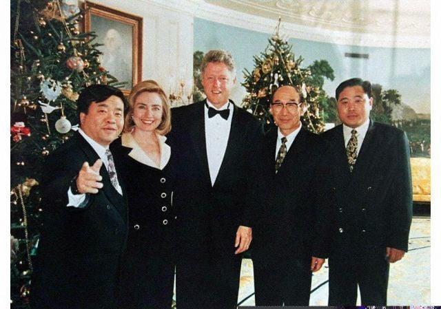 1994年12月,在白宮的一個宴會上,鍾育翰、克林頓夫婦及另外兩名中國官員陳世增(Chen Shizeng,譯音)和何燁軍(He Yejun,譯音)。克林頓當時已捲入中共給民主黨競選活動募款的交易中。(法新社)