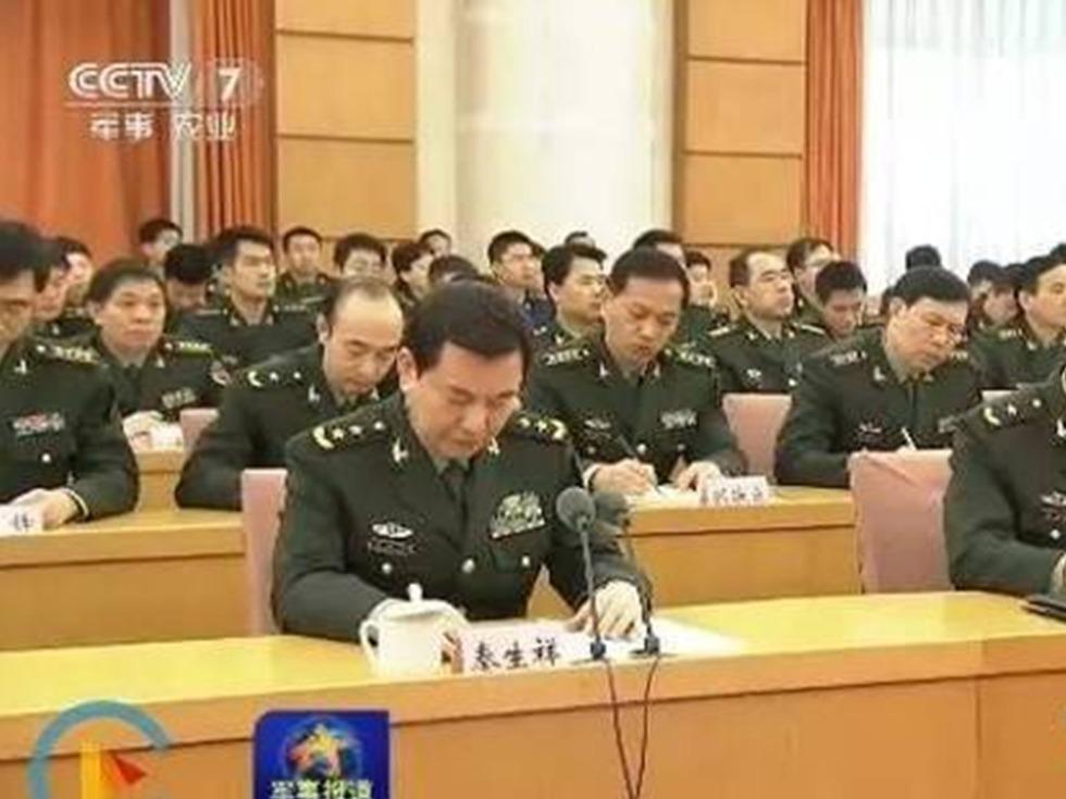 習近平的軍中「大管家」、軍委辦公廳主任秦生祥(左前)日前晉升正戰區級。(視像擷圖)