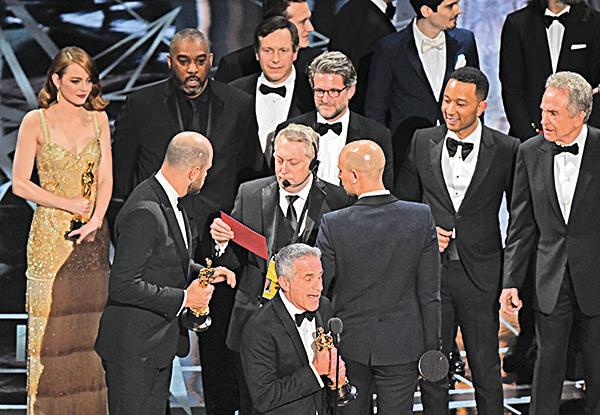 《星聲夢裡人》製片人接受了最佳影片獎。後來有人說:錯了,是《月亮喜歡藍》。
