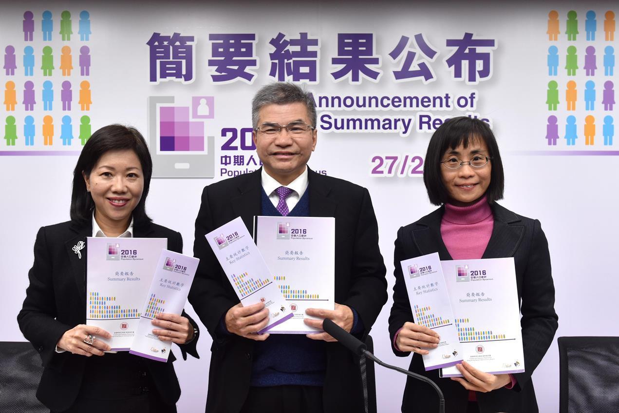 政府統計處處長鄧偉江(中)昨公佈2016年中期人口統計的簡要結果。(政府新聞處提供)
