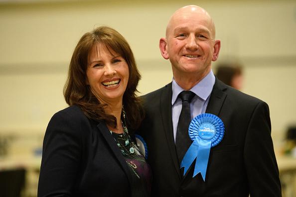 英國保守黨候選人哈里森和她的丈夫。(Leon Neal/Getty Images)