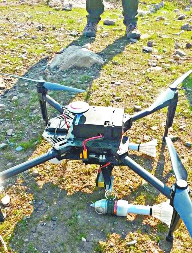 法新社記者於網上發佈據指是由大疆無人機改裝的IS「轟炸機」,搭載兩枚簡易炮彈。(網絡圖片)