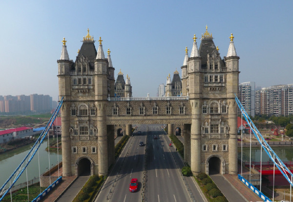 江蘇現山寨倫敦塔橋 比正版大一倍