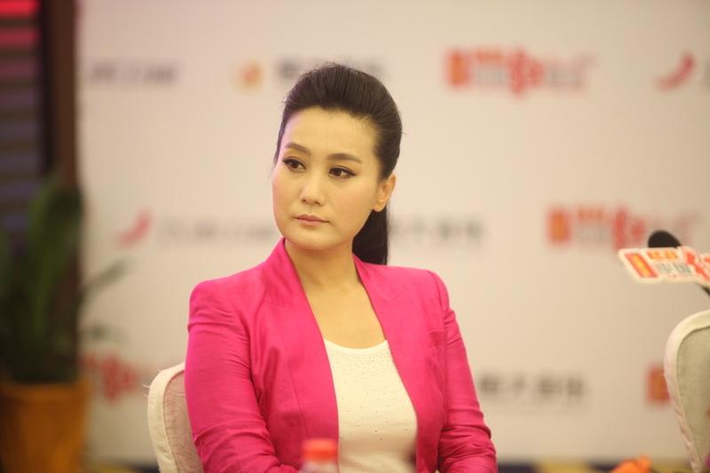 軍隊前總政女歌手譚晶的節目被下架,人大代表身份轉移及相關報道被刪除,顯示背後故事不簡單。(網絡圖片)