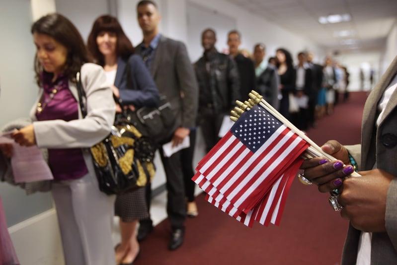 中共喉舌煽風點火稱「中國移民或成為美國下一波被驅逐的對象」,網民指其造謠。圖為2013年5月移民等待美國公民入籍儀式。(John Moore/Getty Images)