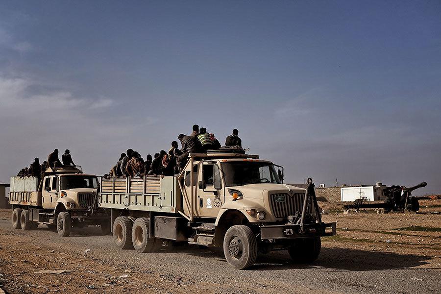 在一個多星期的攻打摩蘇爾西部的戰爭中,就有大約1.4萬居民逃出摩蘇爾市進行避難。一些IS可疑份子藏在這些難民中,企圖逃離摩蘇爾。(ARIS MESSINIS/AFP/Getty Images)