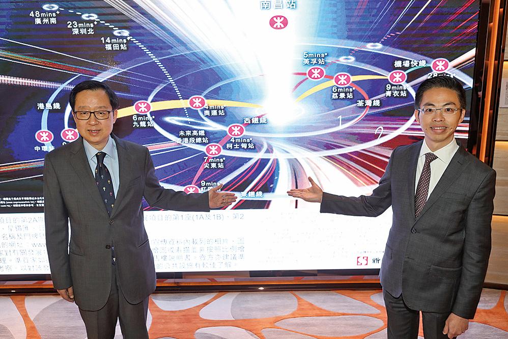 新鴻基地產副董事總經理雷霆(左一)表示,南昌站上蓋「匯璽」已經取得售樓紙,本星期內或上載樓書,期望在本月中開售。(余鋼/大紀元)