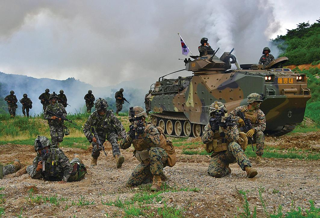 美國與南韓於3月1日,開始舉行年度的大規模聯合軍事演習。圖為2016年7月6日,美韓海軍陸戰隊在浦項東南舉行軍演。(AFP)