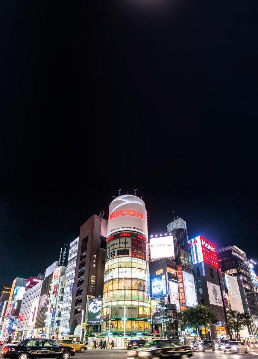 銀座被譽為東京的心臟,與巴黎的香榭麗舍大街,紐約的第五大街並列為世界三大繁華中心。是名門望族出入的奢華商區。以高檔購物、珠光寶氣、典雅精緻的傳統氛圍和世界名牌的巨大視窗而聞名遐邇。(pixta)