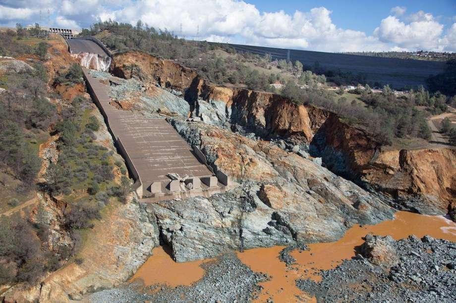 奧羅維爾水庫主洩洪道,被洪水沖刷得斷裂,周圍的岩石也衝到下游。(CA_DWR)