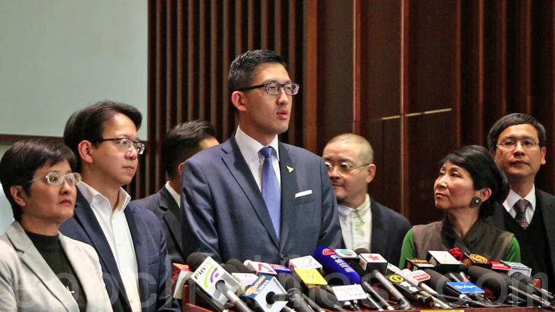 民主派26名議員昨日聯署去信政協主席俞正聲,反對梁振英任政協副主席。(蔡雯文/大紀元)