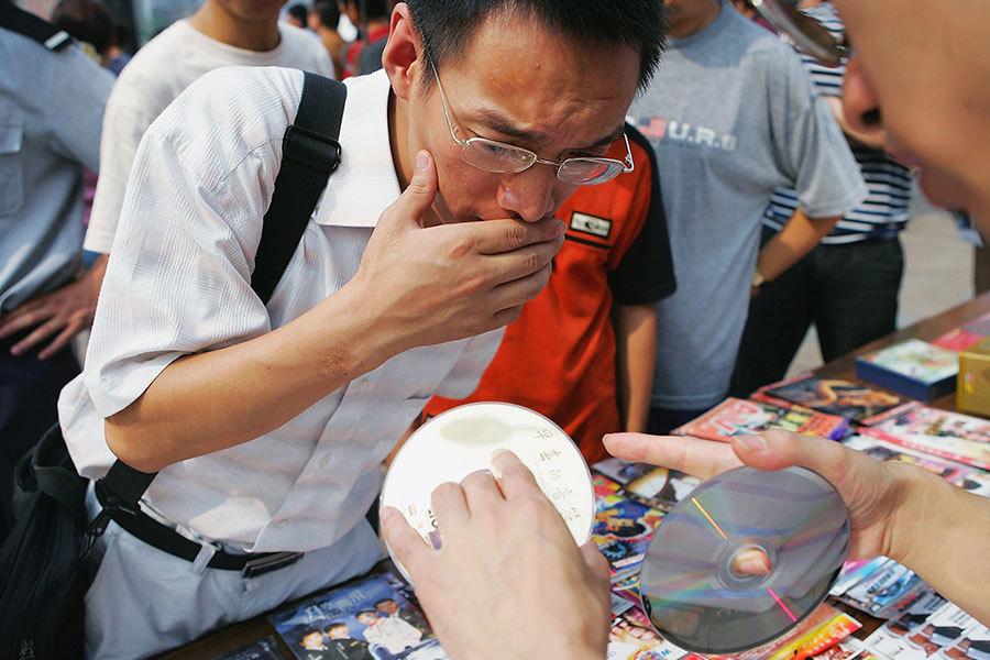 華府美國知識產權盜竊委員會說,2015年,美國海關繳獲假貨的87%來自於中國大陸和香港。中國盜竊商業機密的比例雖然沒有具體數據,但是與這個比例也不會差太遠。(China Photos/Getty Images)
