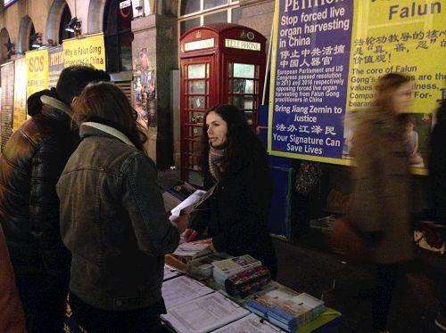 2017年中國新年期間,英國法輪功學員在倫敦唐人街繼續向各國民眾講真相、呼籲制止迫害