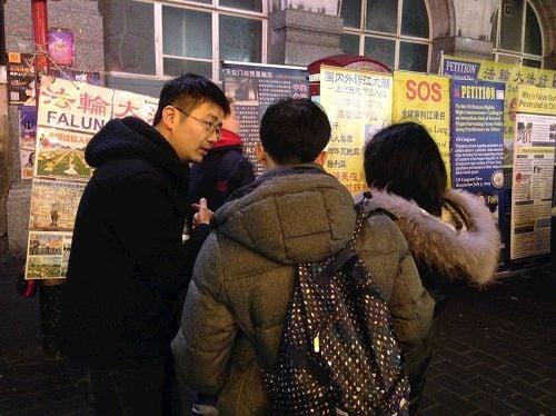 2017年中國新年期間,一對華人青年在倫敦唐人街向法輪功學員了解真相並選擇三退