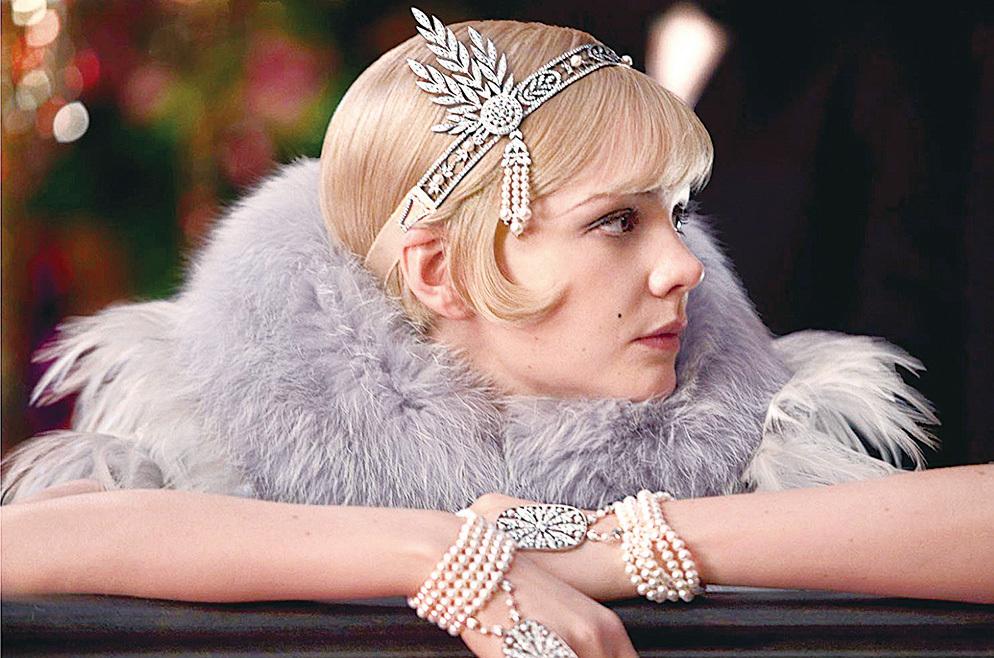 1920年代背景下的電影《了不起的蓋茨比》中,女主角Daisy Buchanan佩戴的一鑲鑽珍珠流蘇款頭飾Sovyn,由珠寶品牌Tiffiny & Co 打造。戴在Daisy的頭上,恬靜而華麗,美得一塵不染。(網絡圖片)