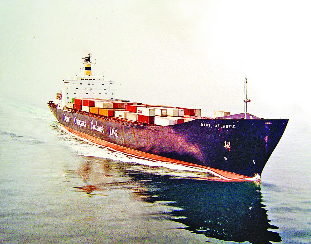 1988在英吉利海峽王船長管理的三萬噸商船。(王中同提供)