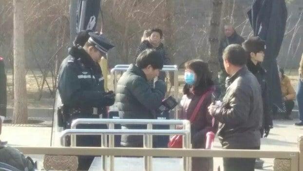 中共兩會敏感期,北京風聲鶴唳。警察滿布街頭,大肆抓捕訪民,各地維權人士也被監控;北京禁飛無人機等「低慢小」航空器;坐長途大巴也要實名制購票。(自由亞洲電台)