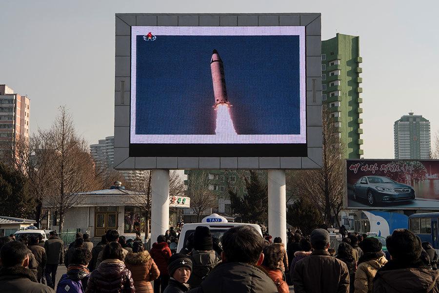 根據一份尚未公開的聯合國報告,中共是協助北韓逃避制裁的最佳幫手。圖為2017年2月13日平壤民眾觀看北韓發射導彈的報道。(KIM WON-JIN/AFP/Getty Images)