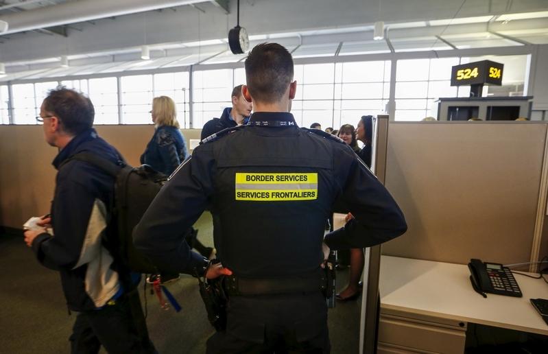 CBSA發言人說,根據海關法,海關官員有權搜查旅客所有物品和行李,包括手機與平板電腦等電子產品。(路透社)