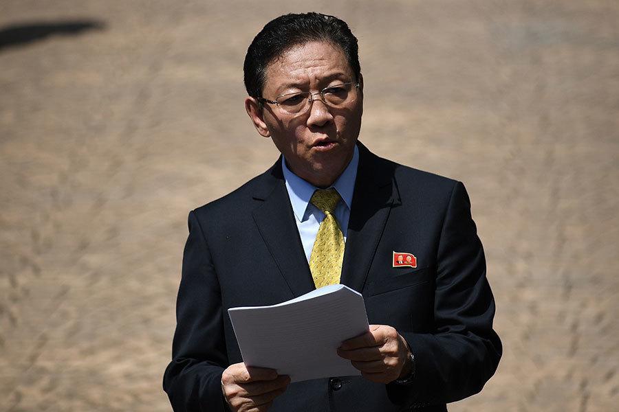 北韓領導人金正恩同父異母哥哥金正男在馬來西亞機場遭毒殺。3月4日,馬來西亞外交部宣佈將北韓駐馬來西亞大使姜哲列為「不受歡迎人物」,並將其驅逐出境,要求他在48小時內離境。(MANAN VATSYAYANA/AFP/Getty Images)
