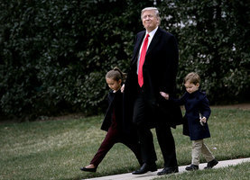 組圖:特朗普手牽伊萬卡一雙兒女 登總統專機