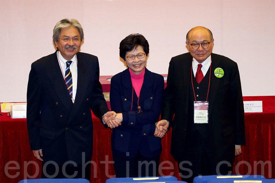 選管會今日(5日)下午為行政長官候選人抽籤決定編號,3名候選人今日首次同場,互相握手及合照。(李逸/大紀元)