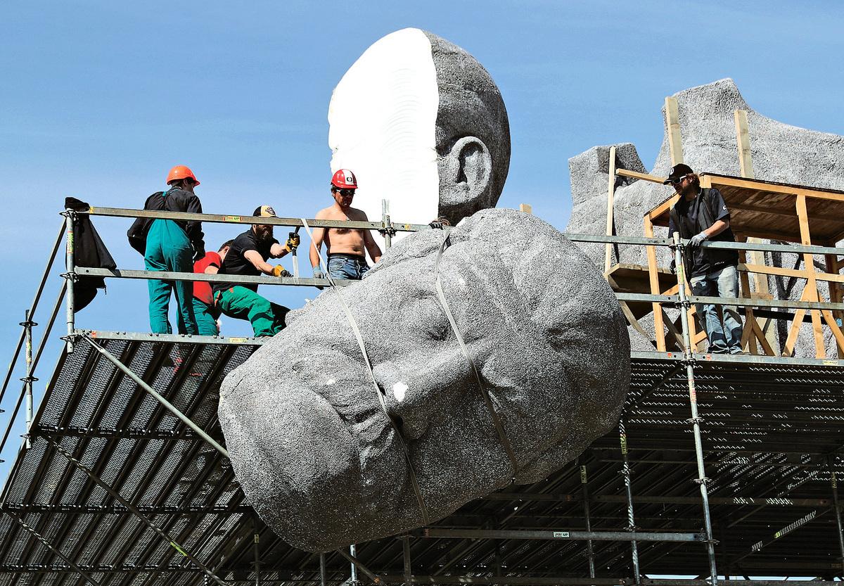 2016年5月21日,在捷克首都布拉格Letna公園,工人們正在拆除史太林的雕像。(Getty Images)