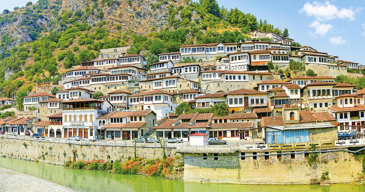 阿爾巴尼亞的培拉特因逾千間擁有多個窗戶的白色小屋而贏得「千窗之城」的稱號。