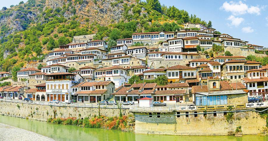 阿爾巴尼亞 千窗之城紅瓦白牆