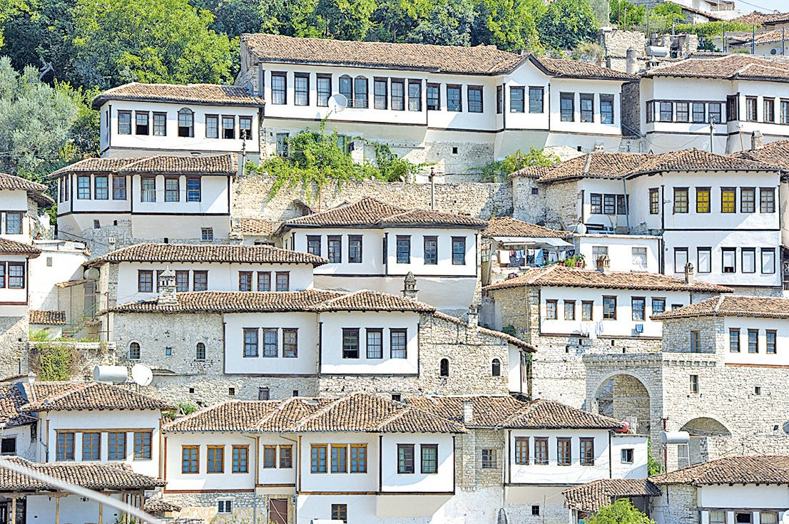 傳統巴爾幹房屋依山勢而建。