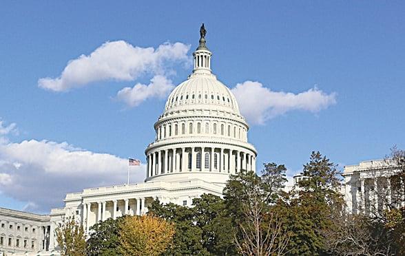 特朗普在簽署國會兩院聯合法案後,將鋼筆送給密芝根州眾議員惠恩加。圖為美國國會(李莎/大紀元)