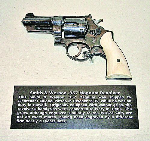 巴頓的象牙柄左輪手槍廣為人知。(維基百科)