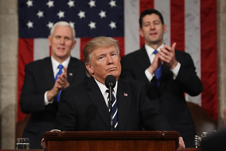 特朗普在2月28日的國會聯席會議上發表演講,說移民申請人應當經濟自理。(Jim Lo Scalzo – Pool/Getty Images)