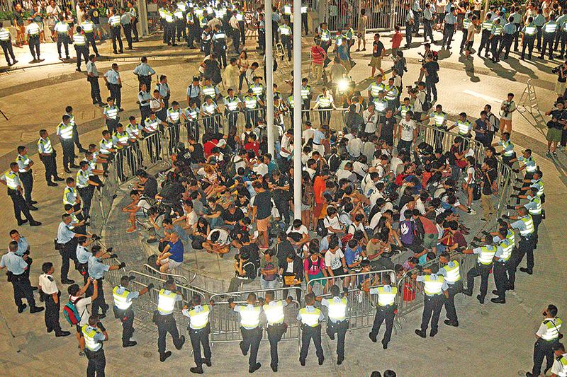 雙學領袖因闖入佔領「公民廣場」被檢控案件開審,預計審理7日。圖為2014年9月26日晚間佔領情況。(大紀元資料圖片)