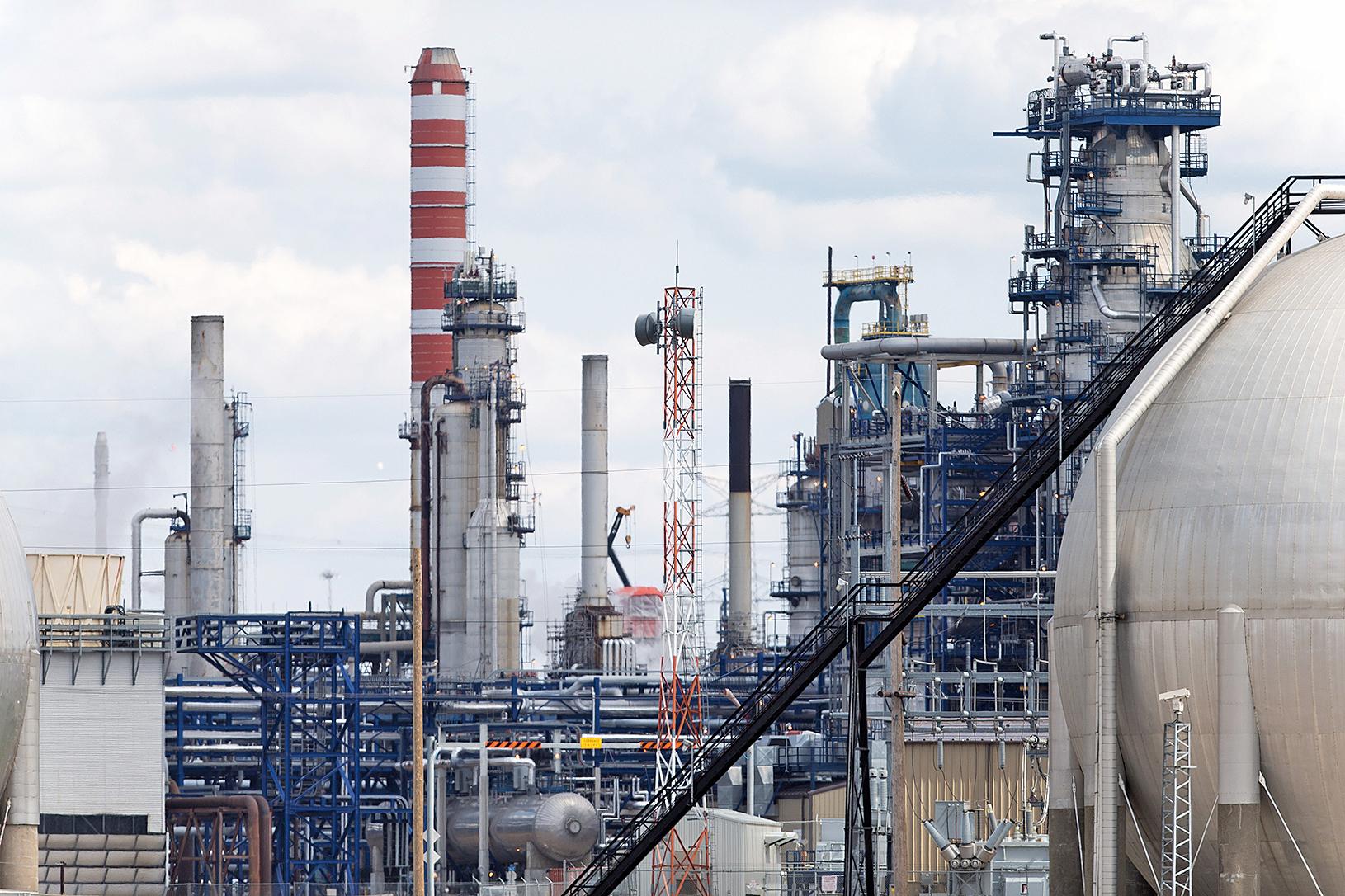 商品行情去年開始加溫,其中尤以原油和鋼鐵的漲價最為明顯。圖為埃德蒙頓的森科(Suncor)煉油廠。(AFP/Getty Images)
