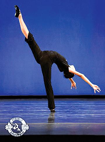 古典舞動作中的踹燕。(神韻網站)