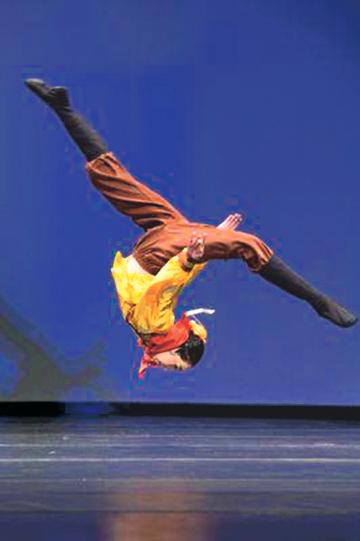 古典舞動作中的後空翻。(大紀元資料圖片)