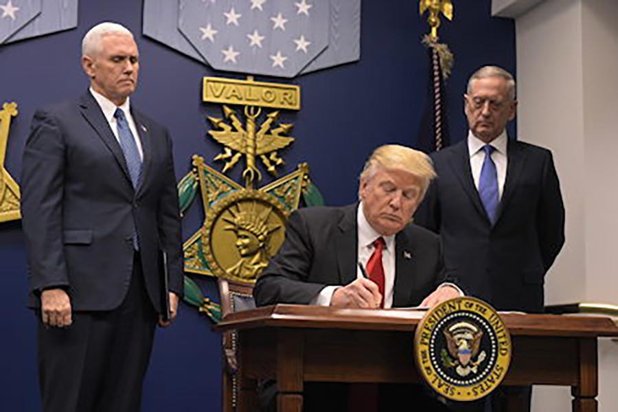 為防止伊斯蘭激進份子入境,特朗普6日(周一)頒佈了新的移民行政令,暫時禁止一些穆斯林國家的公民進入美國。(MANDEL NGAN/AFP/Getty Images)
