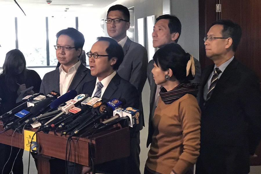 多位泛民議員今早召開新聞發佈會,回應特首梁振英昨日就UGL事件,正式入稟控告會計界立法會議員梁繼昌誹謗的事件。(林怡/大紀元)