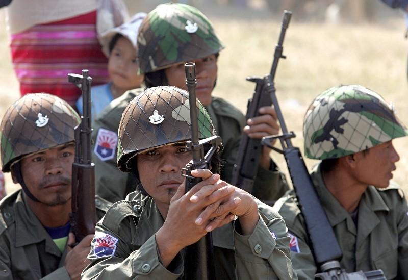 緬甸政府軍去年8月28日在緬甸的「華人特區」果敢與當地的果敢同盟軍激烈交火。圖為持槍緬甸政府軍人。(Getty Images)
