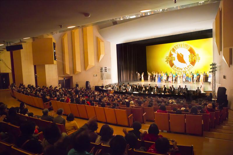 2017年3月6日晚間,美國神韻紐約藝術團在嘉義市政府文化局音樂廳的演岀。(陳霆/大紀元)