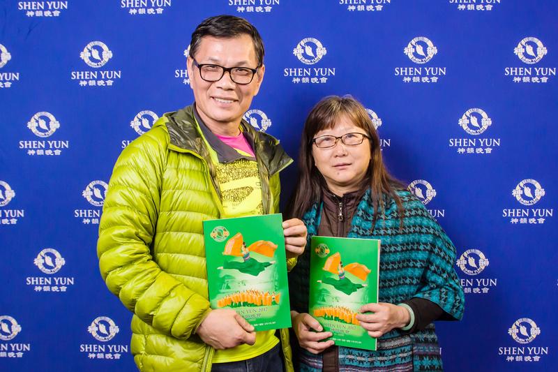 2017年3月6日晚間,沈榮祿夫婦觀賞美國神韻紐約藝術團在嘉義市政府文化局音樂廳的演出。(王嘉益/大紀元)
