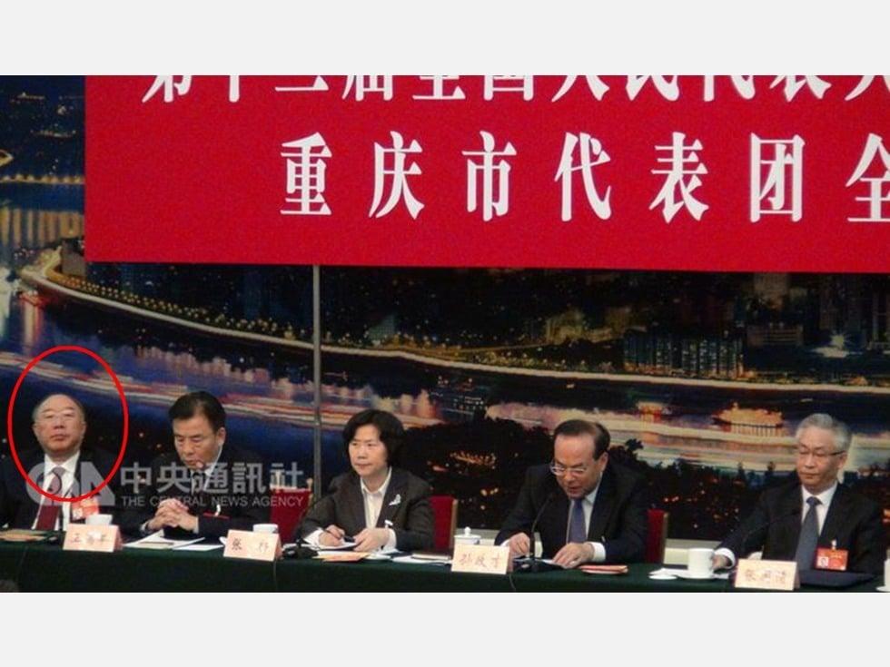 前重慶市長黃奇帆(左)在3月6日的中共人大分組會議中,改坐重慶團最側邊。(中央社)