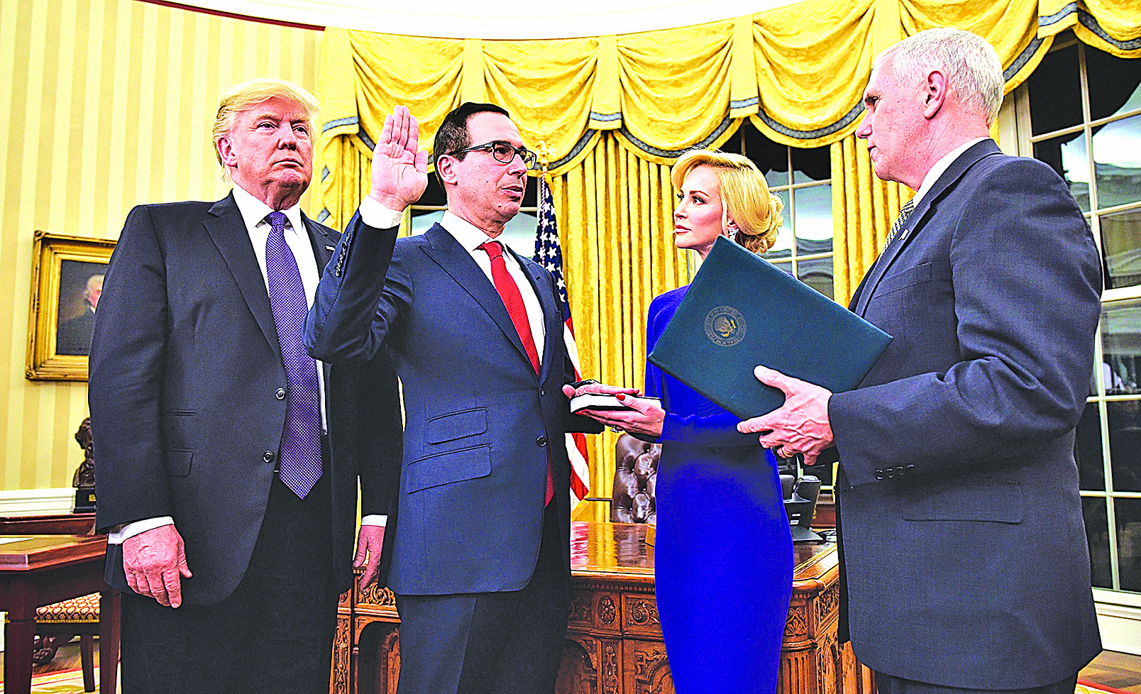 2017年2月13日,在白宮總統辦公室,美國財政部長史蒂芬‧努欽在彭斯副總統主持下宣誓就職。(Getty Images)