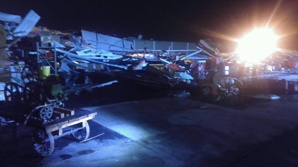 周一(3月6日)的龍捲風推倒樹木,並壓倒電線,在美中西部部份地區造成大面積斷電。(Johnson County, KS Government's Facebook)