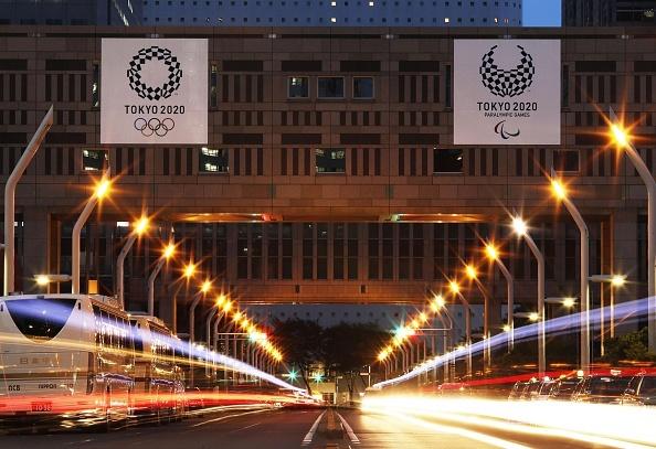 懸掛在東京政府大樓上的2020東京奧運徽標。(Getty Images)