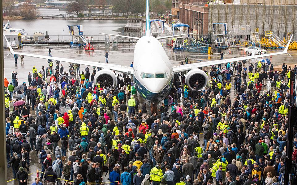 美國航空巨擘波音(Boeing)公司,7日在華盛頓州倫頓(Renton)廠的上千員工面前,展示首架全新的737 MAX 9型客機,預計數周後展開試飛,明年起陸續交貨。(Boeing)