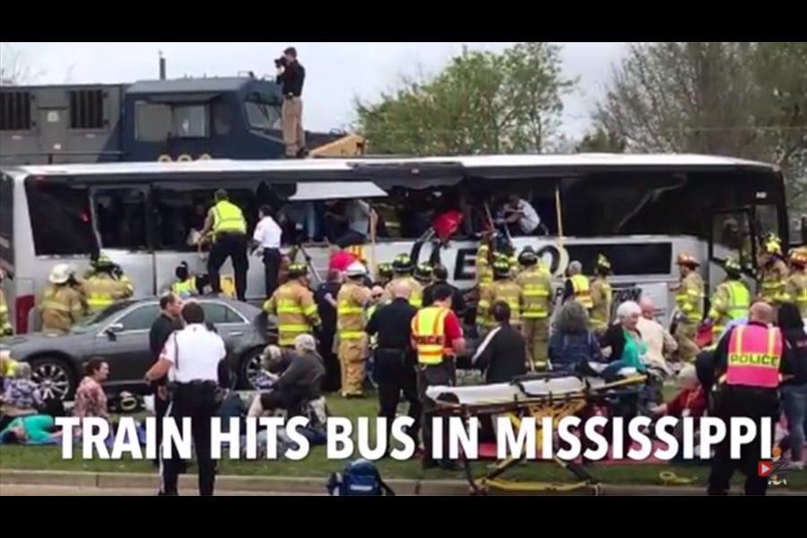 美國密西西比州的比洛克西市(Biloxi)周二(7日)發生一列火車與一輛包車巴士相撞事件,造成至少4人死亡,數十人受傷。(視像擷圖)