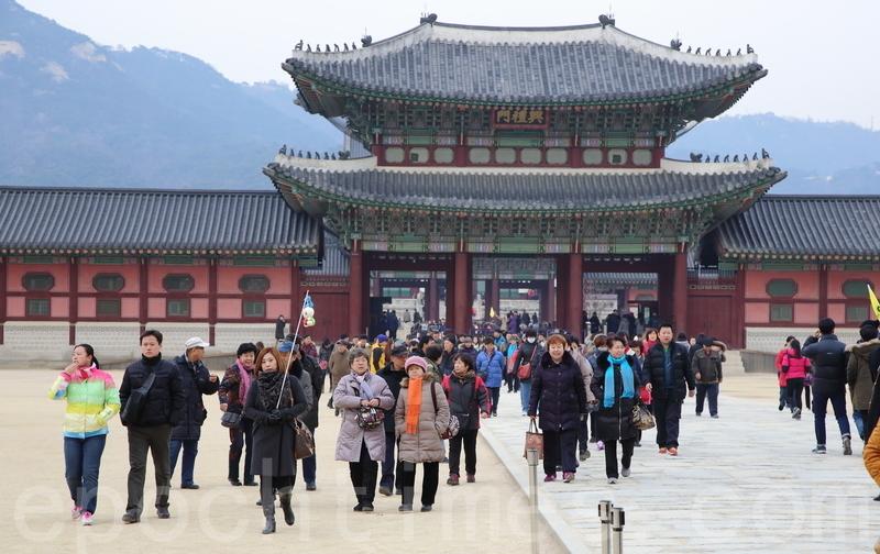 大陸「限韓令」進一步發酵,許多旅行社的南韓旅遊產品被證實已經下架,有分析稱,中共欲推動民間抵制南韓,迫使其放棄薩德。圖為中國遊客遊覽南韓旅遊景點景福宮。(全景林/大紀元)