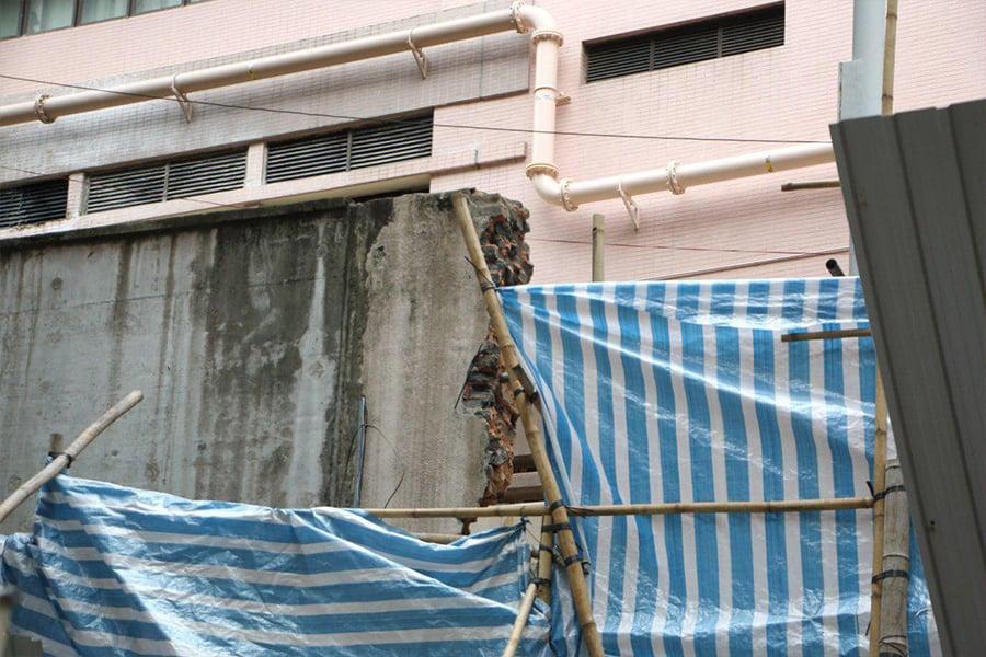 律敦治醫院於灣仔道55號行人出入口,正進行的升降機及扶手電梯工程,破壞了具歷史價值的拱門,昨日已完全被拆除。(蔡雯文/大紀元)